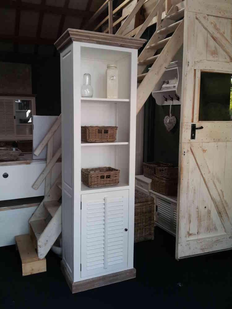 Landelijke witte smalle boekenkast met shutterdeurtje  AW1023   Ans Woonshop